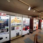 ドライブイン七輿 - 店内には貴重な自販機が設置されていますね。
