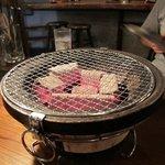 昭和ホルモン食堂 - 焼き肉は炭火焼きです。