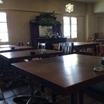 マムーニア - 木のテーブルが並ぶ広くて暖かい店内