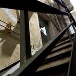 マムーニア - クールで、ダーティームード溢れる階段を上がります