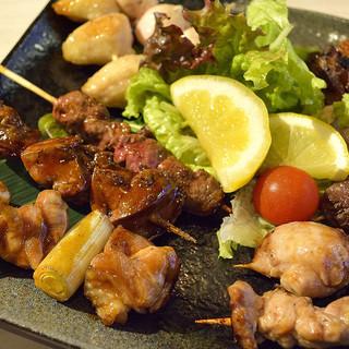 自然の中で育った山梨の地鶏やブランド豚にこだわり、料理を提供