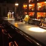 BAR TOWSER - 内観写真:磨き込まれた真鍮バーを設えたカウンターテーブル