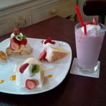 49723449 - 苺のミルフィーユと苺ショートとフルーツケーキと苺のスムージー