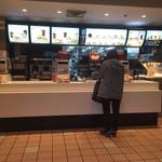 マクドナルド - 注文するとこをパシャ       ありゃ見た事の有る女性が・・