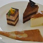 カフェ・ド・シナモニ - 2010,08 三皿目 左から エキゾチックショコラ、ショコラクリーム、チーズスフレ、ガレット