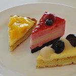 カフェ・ド・シナモニ - 2010,08 四皿目 パイナップルマンゴータルト、木苺とハチミツ、白桃と巨峰ノタルト