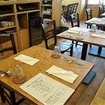 イタリアン・ポルタ - 荒削りの合板のかっこいいテーブル席はお洒落♬