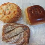 49759431 - この日も甘いパンや朝食用のパンを3つ買って帰りました。
