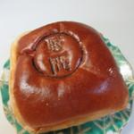 49759432 - プレミアムあんパン153円。お店の場所を記す野間の刻印がしてあります。