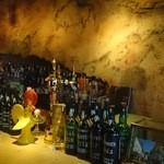 バー・カヴェルナ - 洞窟を思わせるバックバーの壁画