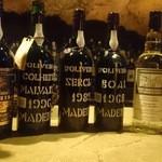 バー・カヴェルナ - 貴重なヴィンテージのマデイラワイン