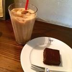 ELEPHANT FACTORY COFFEE - カフェオレ(アイス)、自家製ミニチョコレートケーキ