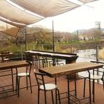 あるくカフェ - 川に面した空中テラス