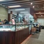 49776524 - 店内はこんな感じ。奥には本物の調剤薬局と喫茶室が。