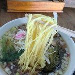 自家製拉麺 まつかぜ - 中細の麺はツルツル感高し
