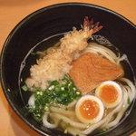 宗 - かけうどんに海老天、味玉子、きつねをトッピング。 天ぷら、トッピング100円よりご用意してます