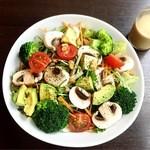 コンテナ カフェ&バー - 彩り野菜のサラダ