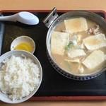 名取屋 - ホルモン鍋定食、870円です。
