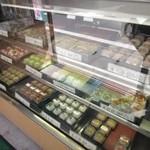 参松堂 - お店ではご主人が店内で和菓子を丁寧にお作りになっている最中、店頭のショーケースの中にはご主人の作った上品な和菓子が並んでいました。