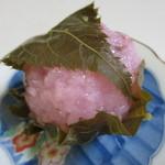 参松堂 - さくら餅120円。  このお店のさくら餅は道明寺粉を蒸して餅をつくってこし餡を詰めた美味しい京風の「道明寺型」のさくら餅です。