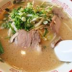 冨ちゃんラーメン - ニラもやし700円。注文があってから炒めたものをトッピングしています。 シャキシャキしていて、スープの濃さに合ってウマカです♪ 少しだけ入ったニンニクスライスもアクセントです。