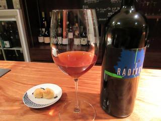 ワインバー マルコ - Radikon Oslavje 2005 グラス1350円。オレンジ色が特徴の発酵白ワイン。熟成感があり自然派らしい飲み口