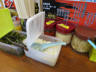 横浜家系ラーメン 町田商店 本店 - 生姜にんにく豆板醤、きゅうりの漬物に玉ねぎのみじん切り。
