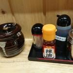 49801972 - 卓上調味料(左の壺には紅生姜)