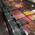 ジャンポール エヴァン - お店に入ると、チョコがズラリ!