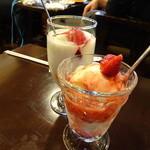 ばれん - 苺アイス(手前・750円)とヨーグルト(奥・750円)
