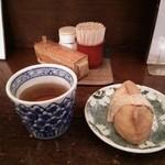 いいづか・出雲そば - 料理写真:卓上調味料をBackに、お茶&きつねさん