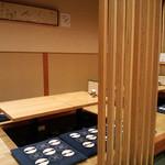 和旬 いさりび - 小上がりのテーブル席。満席まえに