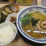 49808705 - 塩ラーメン(700円)+ライス餃子セット(200円)
