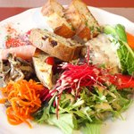Cafe T - プレートランチ 1300円 の野菜、ハム、キッシュ、ケーキサクレ、チキン、バゲット