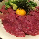 個室居酒屋 馬に魚に  - 特製霜降りの月見丼ランチ 味噌汁と小鉢つき。1000円税込