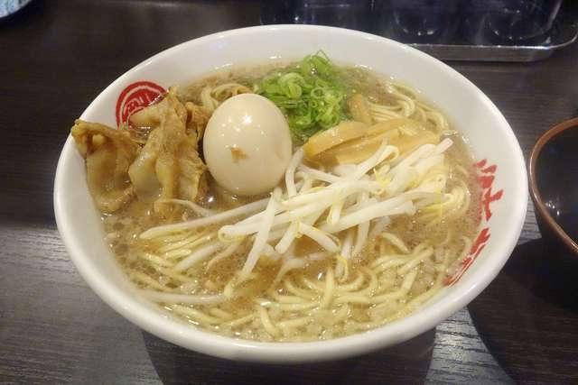 徳福 神田店 - 今回はもやし、ネギ、メンマ、甘くやわらかな肉、半熟ゆで卵が盛られた味玉そば800円を注文しました。大盛りの無料サービスを行っていたので大盛りを選択。