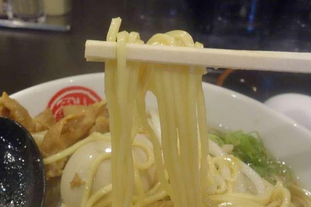 徳福 神田店 - 早速食べてみると、甘みのある豚骨&鶏ガラスープがしっかりと味が絡んだコシのある中太麺は美味しく、スープが甘めなことや、塩気もマイルドなので非常に食べやすいのが嬉しいところ。