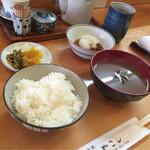 49821620 - 【サービスランチ定食】(1000円税込)のご飯・シジミ汁・お新香。