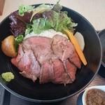 49823726 - 小田原どん(ローストビーフ)アップ。お野菜との彩りもきれいです。