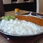 妻田カレー - 平たくて薄いお皿がデカいよ~!測ったら直径30センチ!!