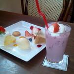 49829224 - 苺シフォンと苺ショートと苺のスムージー