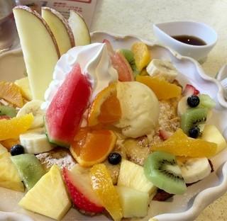 フルーツショップ フェリース - フルーツフレンチトースト  フルーツに隠れて見えな〜い♪