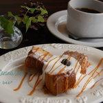 フラワー・ビー - 料理写真:塩バニラキャラメルのケーキ 生クリーム添え。(450円) Flour bee*の看板ムスメなケーキ。ファンが多いです!