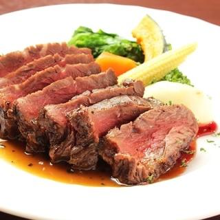 厳選されたお肉を中心にお肉料理を取り揃えております。
