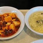 龍高飯店 - 龍高飯店 西葛西店 平日ランチ チャーハン・餃子セットに付く副菜の麻婆豆腐とスープ