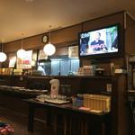 魚○ - 店内 厨房の前に惣菜コーナー