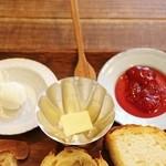 チップルソン - クリームチーズ&無縁バター岩塩乗せ&自家製ジャム!!(#^^#)
