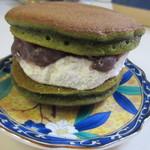 キチココ - 甘さひかえめの生クリームと自家製の小豆餡を抹茶のどら皮で包んだどら焼きです。