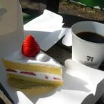 49837898 - いちごのショートケーキ お供はセブンイレブンのコーヒー