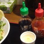 麺者 風天 - ナンプラー、辛味ソース、にんにく